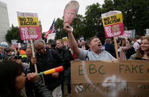 Los partidarios de Donald Trump discuten con personas que se reunieron en el centro de Londres para manifestarse en contra de la visita de estado del presidente Donald Trump. FOTO/AP