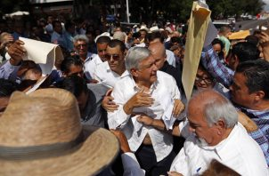 El mandatario electo se ha mostrado muy cariñoso con las periodistas. Foto/AP
