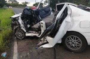 Se informó que el conductor de uno de los autos quedó atrapado, y requirió ser rescatado por unidades del Cuerpo de Bomberos con equipo especial. Foto/Thays Domínguez