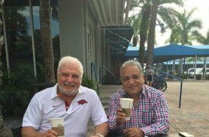 Luis Eduardo Camacho subió una foto en su cuenta de Twitter junto con el expresidente Ricardo Martinelli.