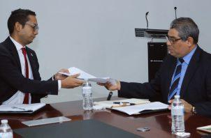 El viceministro de Salud, Luis Francisco Sucre (dcha.), se reunió con el director general del Ifarhu, Bernardo Meneses. Foto Minsa