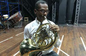 El profesor Luis García ha dirigido más de 12 bandas escolares  por más de 30 años. /Foto Elisinio González