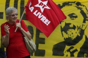 Simpatizantes de Lula, exigen la inmediata liberación del exmandatario brasileño. FOTO/AP