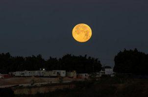 """En Guadalajara, la """"Súper Luna"""" , mostró su máximo brillo y esplendor. FOTO/EFE"""