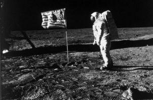 20 de julio de 1969. El astronauta Edwin Aldrin, junto a la bandera de EE UU., en la Luna, durante la misión 'Apollo 11'. Aldrin y su compañero, el astronauta Neil Armstrong, fueron los primeros hombres en caminar sobre la superficie lunar. Foto: Nasa.