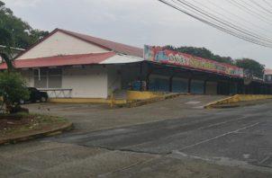 Eran las 3:23 pm, cuando tres sujetos ingresaron al mini súper Market Espinar, con la intención de robar. Foto/Diómedes Sánchez