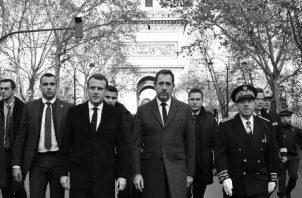El presidente de Francia Emmanuel Macron, centro izq., el ministro del Interior Christophe Castaner, centro der, y el prefecto de la policía de París Michel Delpuech, derecha, visitan a los bomberos y policía antimotines un día después de protestas.