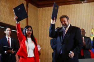 Delcy Rodríguez, vicepresidenta de Venezuela, y el diputado opositor Timoteo Zambrano participan en la firma de un acuerdo. FOTO/EFE
