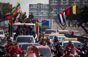 Seguidores del presidente venezolano Nicolás Maduro participan en una caravana de apoyo. FOTO/EFE
