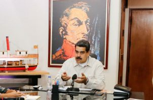 La nueva oficina es estrecha  y al fondo el retrato de Simón Bolívar junto al infaltable Chávez. Foto: Archivo/Ilustrativa.