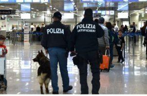 Policías italianos vigilan en un centro comercial. Foto: EFE.