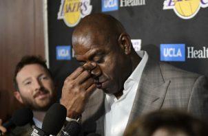 Magic Johnson habló con la prensa anoche. Foto AP