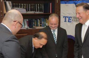 Magistrados del Tribunal Electoral recibiendo una visita del presidente Varela este año. Archivo