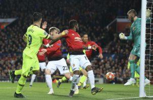 Luis Suárez en la jugada que terminó con el gol para el Barcelona. Foto AP