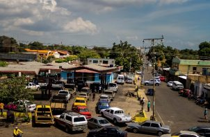 En las áreas fronterizas los revendedores de gasolina tratan de sacar provecho vendiendo el producto en dólares. FOTO/EFE