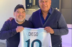 Maradona y Claudio 'Chiqui' Tapia. Foto:@tapiachiqui