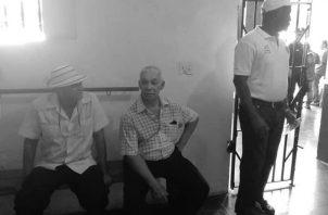 """""""Que me parta un rayo si no está implicado en actos de corrupción"""", fue la frase que provocó que Marcelino Ruiz Aquino (al centro), fuera conducido por unidades policiales hacia la estación de La Villa de Los Santos, por faltar el respeto a la autoridad."""
