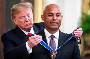 Mariano Rivera al momento de recibir la medalla.
