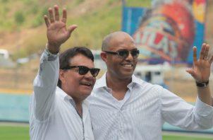Mariano Rivera junto a Roberto Durán en la pasada Serie de la Leyenda, que se realizó en 2014 en el estadio Rod Carew. Foto Grupo Epasa