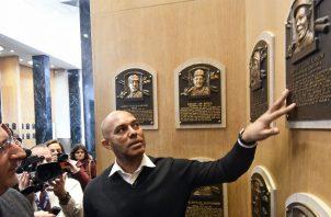 Mariano Rivera mira la plaza de Rod Carew en el Salón de la Fama. Foto:AP