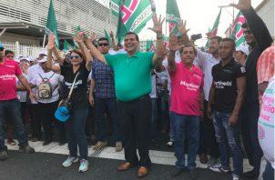 """El particular abrazo entre los rivales políticos Sergio """"Chello"""" Gálvez y Adolfo """"Beby"""" Valderrama. Foto: Panamá América."""