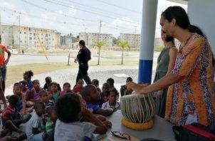Marthe y Saulo compartieron con los niños.