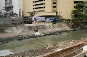 La contaminación del río que da a la bahía tiene heces  fecales y basura industrial. Foto de archivo
