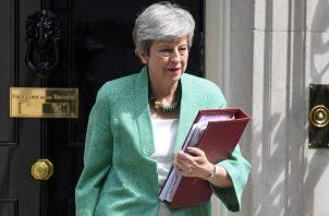 La primer ministro británica Theresa May, lamentó la renuncia del embajador  Kim Darroch. FOTO/AP