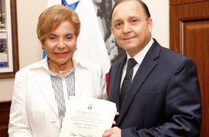 Heriberto Araúz le entregó la credencial a Correa. Foto de cortesía