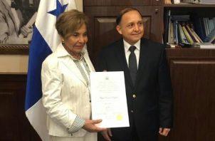 Mayín Correa recibió las credenciales como diputada electa de manos del magistrado presidente del Tribunal Electoral, Heriberto Araúz. Foto Adiel Bonilla