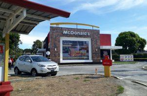 El techo del restaurante de comida rápida fue violentado. Foto: José Vásquez.