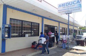 Los funcionarios se han mudado a otras oficinas debido a los inconvenientes de salud causados por la fumigación en la regional del Meduca. Foto/Thays Domínguez