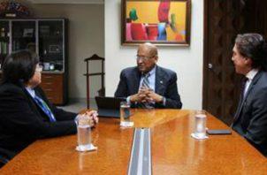El ministro del MEF, Héctor Alexander, explica a representantes del BID la situación financiera del país.