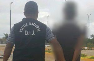 Las autoridades continúan las investigaciones para ubicar a tres personas más, dos adultos y otro menor, presuntamente vinculadas a este robo a mano armada en contra de más de una veintena de pasajeros.