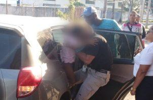 Menor quedar atrapada dentro de un vehículo en Colón