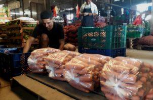 Las legumbres son empacadas en el suelo ante la falta de espacio por lo incómodas que son las galeras actuales. Aurelio Martínez