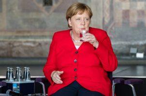 La canciller alemana Ángela Merkel bebe agua durante sus actividades den la ciudad  alemana de Goslar. FOTO/EFE