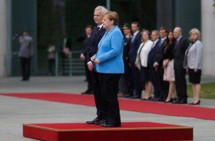 La canciller Ángela Merkel volvió a temblor durante un acto oficial junto al primer ministro finlandés, Antti Rinne. FOTO/AP