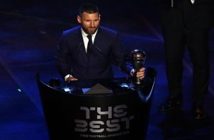 Lionel Messi del Barcelona recibe el premio 'The Best'. Foto:AP