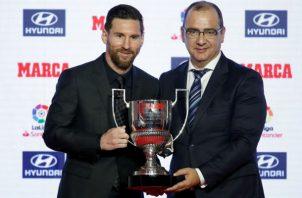 Messi, recibe de manos del director del diario Marca, Juan Ignacio Gallardo, el trofeo 'Pichichi': Foto:EFE