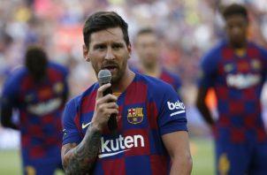 Leo Messi saluda a los fanáticos del Barcelona Foto  AP