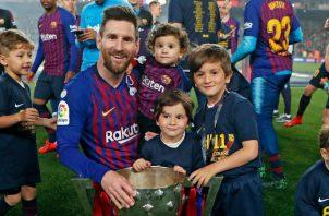 Messi con sus hijos celebrando el título de liga con el Barcelona. Foto @LeoMessi