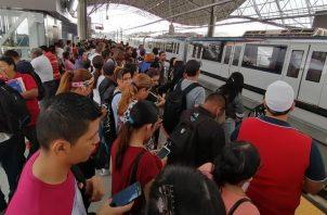 Los usuarios fueron desalojados de las estaciones de la Línea 1 del Metro de Panamá, por la suspensión del servicio.
