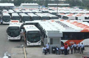 Paralelo a la falta de buses en las calles, hay cientos en los patios.Foto de archivo