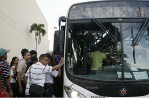 Usuarios del transporte  se quejan por la frecuencia irregular de los metrobuses.