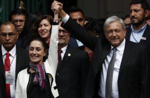 Claudia Sheinbaum, es acompañada por su mentor político, Andrés Manuel López Obrador. FOTO/AP