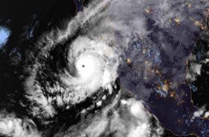 Esta imagen proporcionada por NOAA, muestra el huracán Willa en el Pacífico oriental, en un camino para estrellarse contra la costa occidental de México. AP