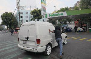 Para evitar el robo de combustible, López Obrador implementó un cambio en el modelo de suministro de Pemex, que conllevó cerrar ductos y transportar el hidrocarburo por pipa.