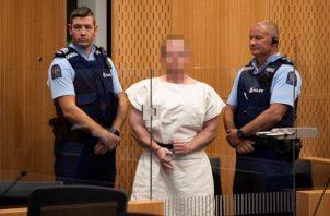El presunto terrorista, Brenton Tarrant, se enfrenta en un tribunal neozelandés a 50 cargos de asesinato y 39 de tentativa de asesinato, había obtenido su licencia de armas en 2017 y poseía legalmente cinco armas, incluidas las dos semiautomáticas con las que habría perpetrado los ataques. FOTO/EFE