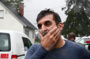 Irfan Mushtaq, miembro de la junta de la mezquita, reacciona después de que una persona recibió un disparo dentro de la mezquita del centro islámico al-Noor en Baerum. FOTO/AP